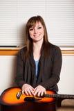 Adolescente con la guitarra Fotos de archivo libres de regalías