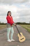 Adolescente con la guitarra Imagen de archivo