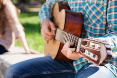 Adolescente con la guitarra Fotos de archivo