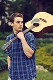 Adolescente con la guitarra acústica Fotografía de archivo