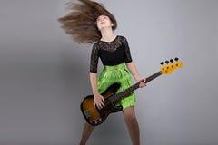 Adolescente con la guitarra, cabeza shaked Imagen de archivo libre de regalías