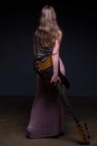 Adolescente con la guitarra, de la parte posterior Fotos de archivo
