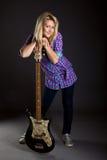 Adolescente con la guitarra eléctrica Imagenes de archivo