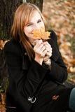 Adolescente con la hoja del otoño Foto de archivo