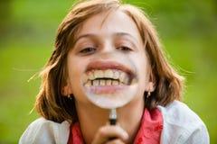 Adolescente con la lupa Fotografía de archivo