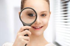 Adolescente con la lupa Foto de archivo libre de regalías