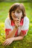 Adolescente con la lupa Fotos de archivo libres de regalías