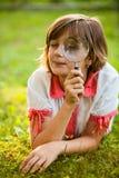 Adolescente con la lupa Fotografía de archivo libre de regalías