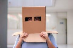 Adolescente con la máscara de la cabeza del cartón Imágenes de archivo libres de regalías