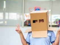 Adolescente con la máscara de la cabeza del cartón Fotografía de archivo libre de regalías