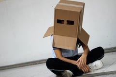 Adolescente con la máscara de la cabeza del cartón Fotos de archivo libres de regalías