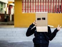 Adolescente con la máscara de la cabeza del cartón Fotografía de archivo