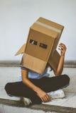 Adolescente con la máscara de la cabeza del cartón Imagen de archivo libre de regalías