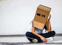 Adolescente con la máscara de la cabeza del cartón Foto de archivo libre de regalías