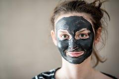 Adolescente con la máscara negra Imagenes de archivo