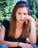 Adolescente con la mano en mejilla Imagenes de archivo