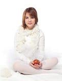 Adolescente con la manzana roja madura Foto de archivo