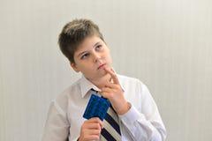 adolescente con la medicina en sus manos Fotos de archivo libres de regalías