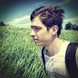 Adolescente con la mochila al aire libre Imágenes de archivo libres de regalías