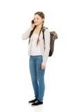 Adolescente con la mochila con el teléfono móvil Fotografía de archivo libre de regalías