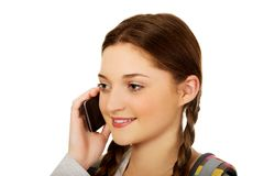 Adolescente con la mochila con el teléfono móvil Fotografía de archivo
