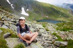 Adolescente con la mochila en la montaña Fotos de archivo