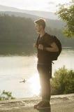 Adolescente con la mochila en un lago Fotografía de archivo