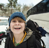 Adolescente con la mochila en un viaje del invierno Fotografía de archivo libre de regalías