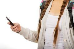 Adolescente con la mochila que envía SMS Imagen de archivo
