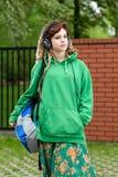 Adolescente con la mochila que escucha la música Foto de archivo libre de regalías
