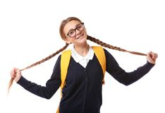 Adolescente con la mochila que se coloca en el fondo blanco Imagenes de archivo