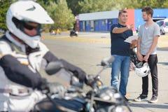 Adolescente con la moto y el carné de conducir Imágenes de archivo libres de regalías