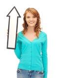 Adolescente con la muestra de la flecha de la dirección Imagenes de archivo