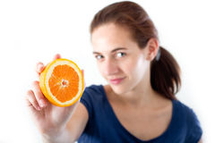 Adolescente con la naranja Imágenes de archivo libres de regalías