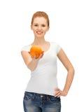 Adolescente con la naranja Fotografía de archivo