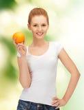 Adolescente con la naranja Foto de archivo libre de regalías