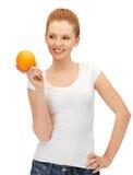 Adolescente con la naranja Imagen de archivo