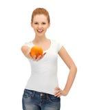 Adolescente con la naranja Fotos de archivo libres de regalías