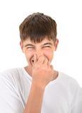 Adolescente con la nariz cerrada Fotos de archivo