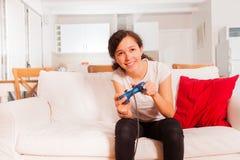 Adolescente con la palanca de mando que juega a los videojuegos Imágenes de archivo libres de regalías