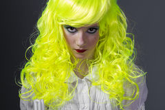 Adolescente con la peluca amarilla fluorescente Foto de archivo
