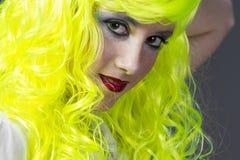 Adolescente con la peluca amarilla fluorescente Imagen de archivo