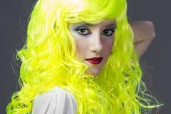 Adolescente con la peluca amarilla fluorescente Imagen de archivo libre de regalías