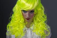 Adolescente con la peluca amarilla fluorescente Fotografía de archivo