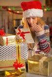 Adolescente con la pila de cajas del regalo de Navidad Foto de archivo libre de regalías