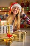 Adolescente con la pila de cajas del regalo de Navidad Imagenes de archivo