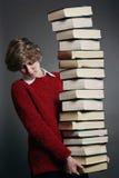 Adolescente con la pila de libros Foto de archivo libre de regalías