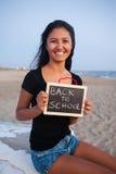 Adolescente con la pizarra en la playa Concepto de nuevo a escuela Imagenes de archivo
