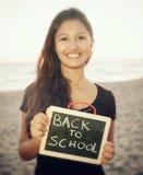 Adolescente con la pizarra en la playa Concepto de nuevo a escuela Imágenes de archivo libres de regalías