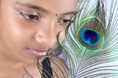 Adolescente con la pluma del pavo real Imagen de archivo libre de regalías